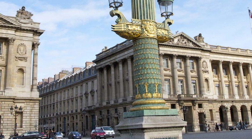 Photo de l'hôtel crillon avec en premier plan un réverbère place de la Concorde - Gestion de patrimoine